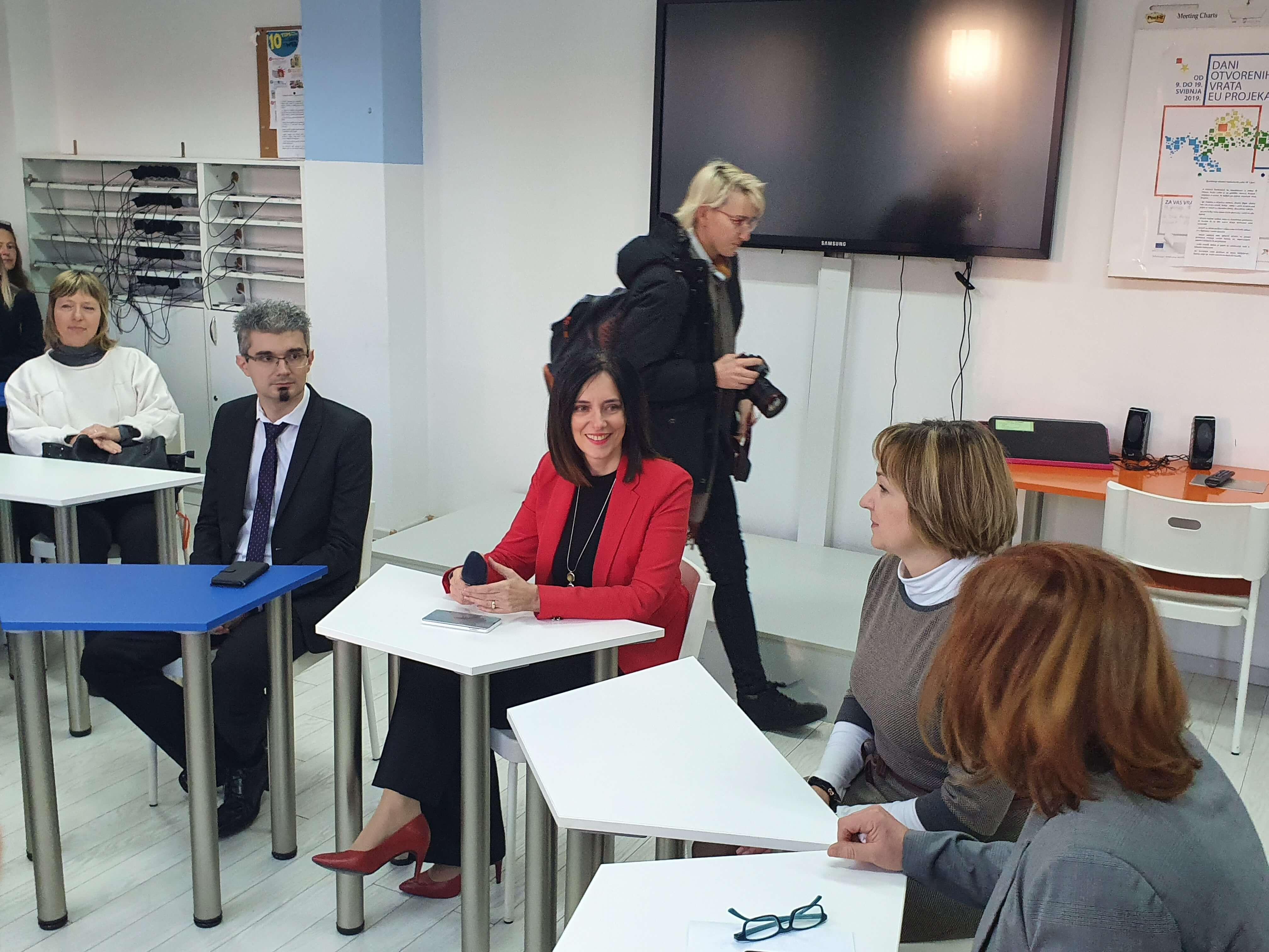 Ministrica Divjak na sastanku s nastavnicima