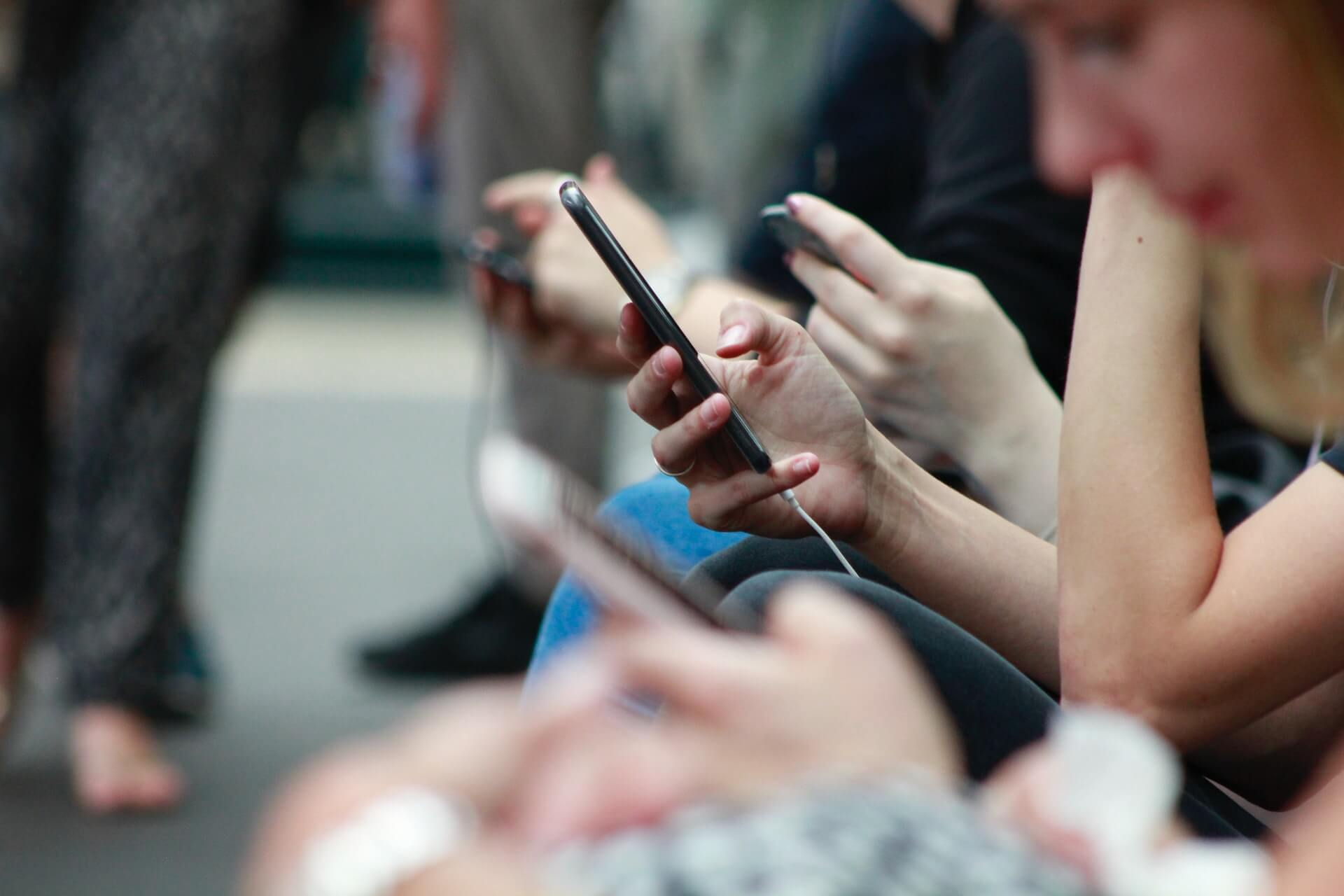 djevojka tipka na mobitel