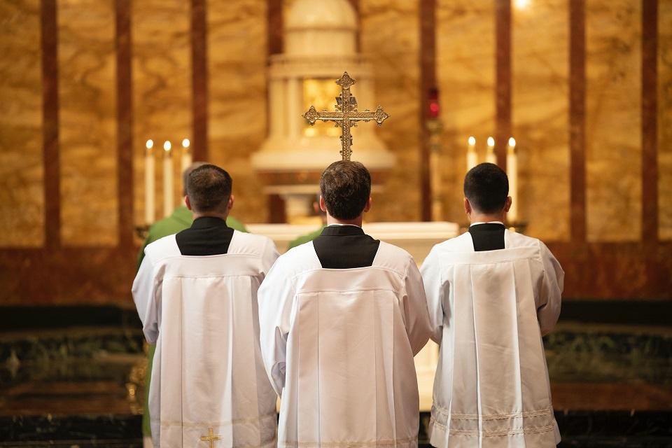 svećenik u crkvi