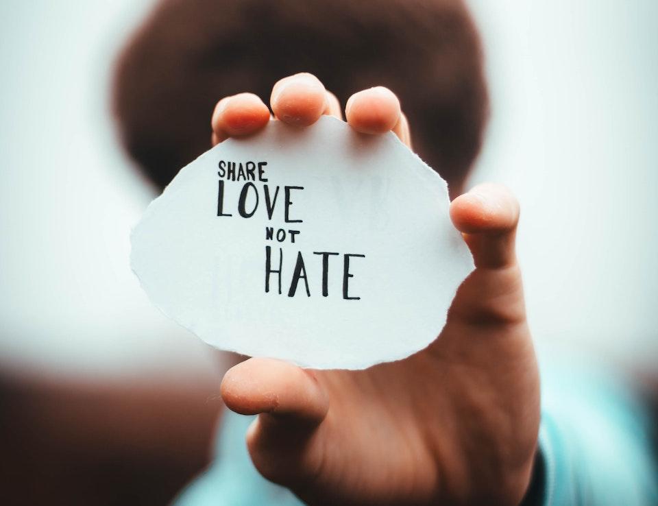"""poruka """"dijelite ljubav, a ne mržnju"""""""