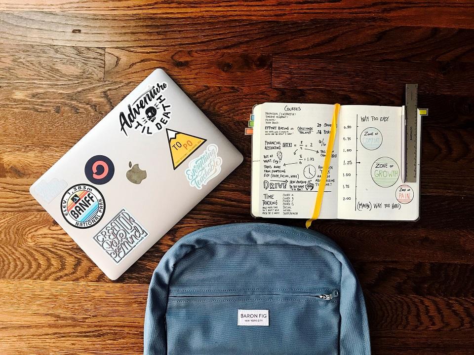 školska torba i bilježnica